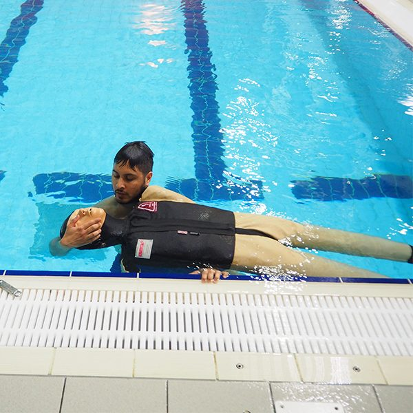 017-043-107 Pool Rescue Man en Pop Waterkant