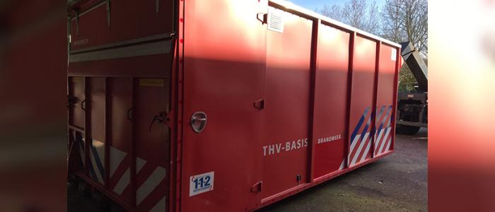Marinebrandweer plaatst haakarmbak bij FireWare voor Brandweer Zonder Grenzen